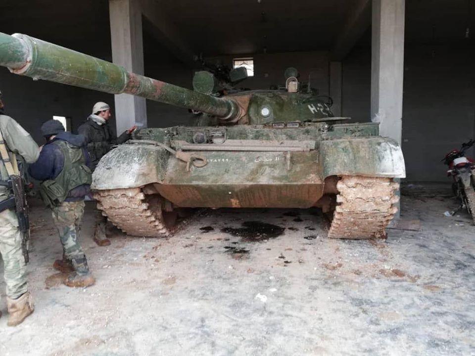 إحدى الدبابات التي اغتنمها الثوار خلال معاركهم مع قوات الأسد في ريف إدلب يوم الأربعاء